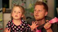 Minik kız ve babasının harika düeti