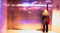 Asansörde ev ortamı şakası