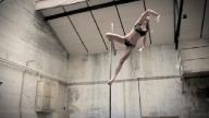 Yerçekimi Yokmuşçasına Direk Dansı Yapan Bu Kadın Sizi de Büyüleyecek