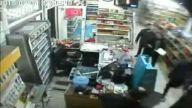 Silahlı Soyguncuyu Sopayla Kovaladı... O Anlar Güvenlik Kamerasında
