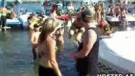 bikinili kızlar denizde kapıştı !!