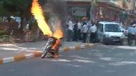 Polise kızdı, motosikleti yaktı