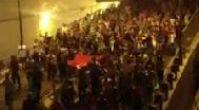 Binlerce kişi metrobüs yolundan Taksim'e yürürken!