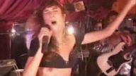 şarkı söylerken açılan göğüs