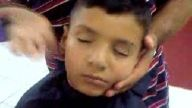 saç traşında uyuyan çocuk (yusufcan)