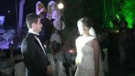 düğünde gelin damada şarkı söylüyor