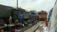 Afrikada evlerin ortasından böle tren geciyor.