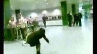 Sarhoş kızın ilginç dansı