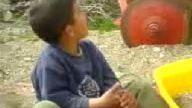 Küçük Çocuk Şarkı Söylüyor