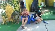 Kıza kırık sandalye şakası