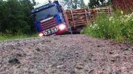 Orman yolunda kamyon kullanmak