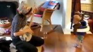 Anne çalıyor bebeği oynuyor