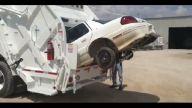 Çöp kamyonu otomobili yuttu