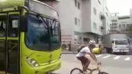 Bisikletli sürücü otobüse yol vermeyince