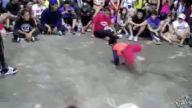 Çocuktan abilerine muhteşem dans dersi