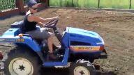 Güzel bayan mini traktörle tarla sürüyor