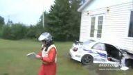 Ralli yarışında otomobil eve girdi