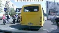 Otobüs çocuk arabası sollamaya çalışıyor