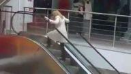 Sarışın bayan ve yürüyen merdiven