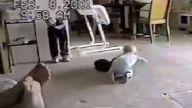 Kedi ile Bebeğin Kıran kırana Güreşi