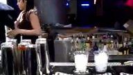 sexy barmen kızdan harıka kokteyl