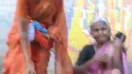 Hindistanlılar çocukları nasıl yıkar