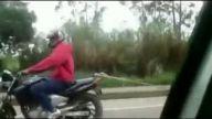 vosvos'u motorsikletle çekiyor )