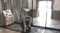 Temizlikçinin Otomatik Kapı İle Kavgası