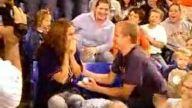 Tribünde evlilik teklif etti, tokadı yedi !!