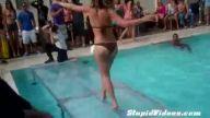 Bikinili kız karizmayı dağıttı