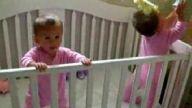 aynı anda hapşuran ikiz bebekler
