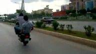 tek tekerlek özeinde  gızın motorsiklet hız tutkun