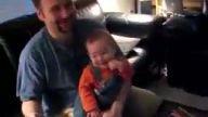 Bu bebeğin gülüşü bi acayip