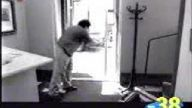 cam kapı korkutdu
