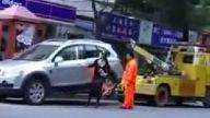 kadının arabasını çekmeyın