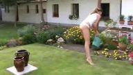 komşu kızı çiçek suluyor