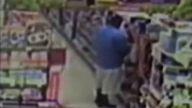 Markette işerken yakalanan zenci adam:)))