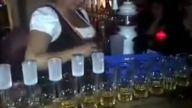 Aşırı Yetenekli Barmen Kadının Şovu