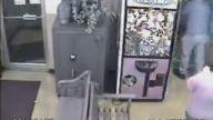 Oyuncak makinasına saklanan küçük çocuk