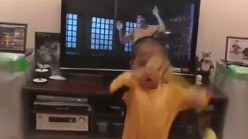 Mumçika ile efsane hareketler yapan çocuk