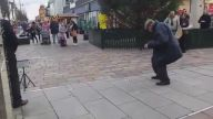 Saksafon Eşliğinde Sokakta Dans Eden Tontiş Adam