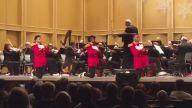 Filarmonik Orkestraya İlginç Dans Figürleriyle Eşlik Eden 3 Dansçı