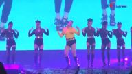 PSY'den Bir Garip Sahne Performansı: Göğsünde Fişek Yaktı