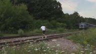 Hareket Halindeki Trenin Önünden Atlayan Çocuk