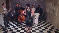 Şarkılara Vintage Havası Katarak Cover'layan Gruptan 'Love Yourself' Performansı