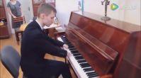 Elleri Olmayan 15 Yaşındaki Çocuktan Piyano Performansı