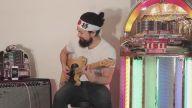 Go Johnny Go Söyleyen Siri ve Gitar Uyumundan Mükemmel Cover