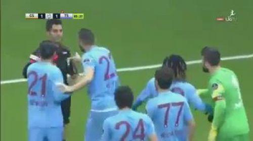 Trabzonspor'lu Salih Dursun hakeme kırmızı kart gösterdi