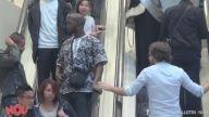 Yürüyen Merdivende Tanımadığı İnsanların Eline Dokunarak Aşkını İlan Eden Adamdan Efsane Şaka