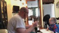 Oğluna Şarkı Söyleyerek Yemek Yediren Baba